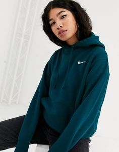 Nike dark blue mini swoosh oversized hoodie at ASOS. Nike Outfits, Teen Fashion Outfits, Sporty Outfits, Trendy Outfits, Hoodie Outfit Casual, Sweats Outfit, Oversized Hoodie Outfit, Mode Grunge, Jugend Mode Outfits