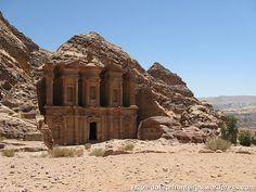 As ruínas da cidade de Petra, consideradas recentemente como uma das sete novas maravilhas do mundo são o ex-libris da Jordânia. Vamos visitá-las?