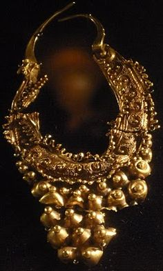 De España hasta los cantares:  Serradilla Treasure,found in Caceres ,Spain,in 1965 phoenician gold earring,750 BC