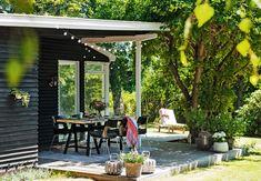 globe lights, rug under table lanterns near pot made of wood Outdoor Dining, Outdoor Spaces, Outdoor Decor, Table Lanterns, Deck, Black Exterior, Balcony Garden, Decoration, Garden Inspiration