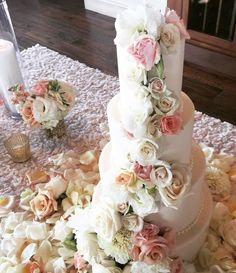 We really do like to decorate wedding cakes 😍 tonight it's a pretty 4-tier beauty from @vanillabakeshop on one our favorite @luxe_linen linens #monacolinen @maliburockyoaks @theelegantninja_berlanti @theelegantninja
