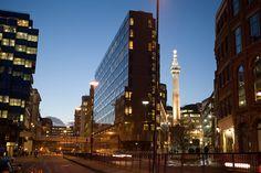 The Monument entre edificios de cristal y acero