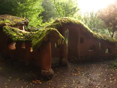 Yard rad [cob garden wall with green roof] Just one more reason to love cob walls around a garden! Earth Bag Homes, Cob Building, Living Roofs, Underground Homes, Natural Homes, Natural Building, Earthship, Walled Garden, Dream Garden