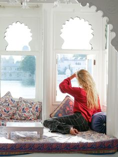Best Boutique Hotel in Udaipur with Lake Views + The Perfect Boat Ride Around the Lake Palace - Hippie In Heels India Travel Guide, Travel Tips, Asia Travel, Travel Destinations, Udaipur India, Jaipur, Weather In India, Backpacking India, Stylish Photo Pose