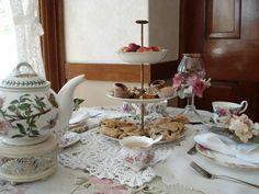 table set for tea <((((º>`•.¸¸.•´¯`•.¸¸.><((((º>
