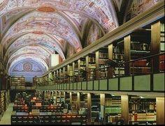 A Biblioteca Apostólica Vaticana é a mais antiga da Europa, mesmo não sendo a primeira biblioteca Papal. Foi o primeiro núcleo de coleções pontifícias (religiosas), fundada por Nicolau V em 1450, com a herança das velhas bibliotecas dos Papas.