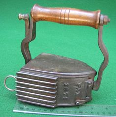 Amerikaans strijkijzer mer fluter Antique Iron, Vintage Iron, Ironing Machine, Pressed Metal, Flat Irons, Vintage Sewing Notions, Vintage Laundry, How To Iron Clothes, Cleaning Day