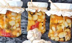 Marinovaný/nakládaný česnek v jemně pikantním, sladce slaném nálevu.