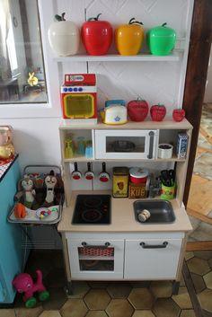 Cuisine enfant Ikea mais avec de jolis objets vintage