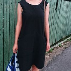 It's hard to make out the unique seam lines that characterise the dress in this photo, but I'm wearing my trusted black #farrowdress and carrying my big #stowebag to a weekend outing  Such a beautiful day in Melbourne   #memade #memadeeveryday #grainlinefarrowdress #grainlinefarrow #grainlinestudio #sewingaddict #sewcialists #sewing #sewists #lbd #littleblackdress #ootd…