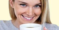 Mulher bebendo chá de hibisco