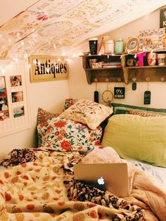 Dorm Room Inspiration - Whether, if you're living in a dorm you've probably come across the challenge of decorating the tiny, character-free space. Dream Rooms, Dream Bedroom, Room Goals, Aesthetic Rooms, Cool Rooms, My New Room, House Rooms, Cheap Home Decor, Cheap Bedroom Ideas