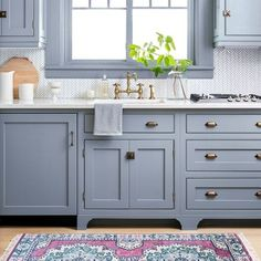 Elegant Farmhouse Style Kitchen Cabinets Design Ideas - Home Decor Ideas Backsplash For White Cabinets, Blue Kitchen Cabinets, Kitchen Cabinet Styles, Kitchen Backsplash, Bathroom Cabinetry, Rustic Cabinets, Kitchen Drawers, Dark Cabinets, Farmhouse Style Kitchen