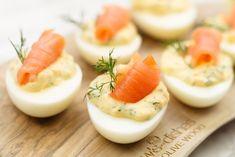 Gevulde eieren met zalm - Borrelhapjes   SmaakMenutie Sauce Hollandaise, Mini Foods, Food Blogs, High Tea, Nom Nom, Panna Cotta, Buffet, Food And Drink, Appetizers