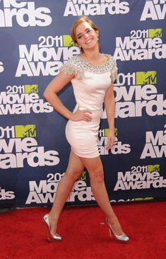 Emma posing at the 2011 movie awards.
