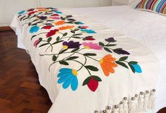pie de cama más almohadón. bordado. una plaza.