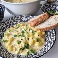 Kartoffel Käse Suppe.. Kartoffel schälen, waschen und in kleine Würfel schneiden. Die Kräuterbutter in einem Topf erhitzen und die Kartoffelwürfel mit 3 gehäufte Esslöffel Gemüsebrühe darin etwas anrösten. 400ml Wasser zugeben und 5 Minuten kochen. Sahne und Käse zugeben und alles noch einmal gut 2 Minuten aufkochen. Mit Pfeffer & Salz abschmecken. Mit Frühlingszwiebeln anrichten und dazu Brot reichen. Guten Appetit