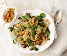 Diese Teigkissen haben's in sich: Die Kressenote steckt im Inneren – und im darübergeblätterten Salat. Flankiert von würzigen Kräuterseitlingen und buttrigem Walnussgeknusper ein Vergnügen!