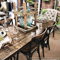 Resultado de imagem para rustic and distressed zinc objects Farmhouse Style, Farmhouse Decor, Urban Farmhouse Designs, People Sitting, Outdoor Furniture, Outdoor Decor, Repurposed, Dining Table, Indoor