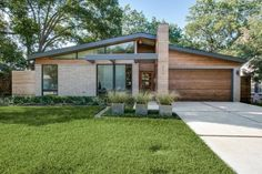 Hot Property: Mid-Century Modern in Midway Hollow - D Magazine Nestled in the increasingly popular Midway Hollow neighborhood just north of Love Field. [am crazy about mid-century modern homes. Modern Style Homes, Modern House Design, Midcentury Modern House Plans, Modern House Exteriors, Midcentury Windows, Modern Floor Plans, Modern Exterior, Exterior Design, Patio Design