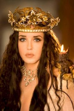 Isabelle Adjani in Queen Margot/La reine Margot, Dir. Patrice Chéreau - I want her necklace and the crown also:) Isabelle Adjani, Beautiful People, Most Beautiful, Beautiful Women, Famous French Actresses, Fortes Fortuna Adiuvat, French Beauty, Tiaras And Crowns, The Villain