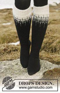 """Kuviollinen DROPS jakku pyöreällä kaarrokkeella """"Alpaca""""- ja """"Glitter"""" -langoista. Koot S-XXXL. Pitkät sukat """"Fabel""""-langasta. ~ DROPS Desig..."""