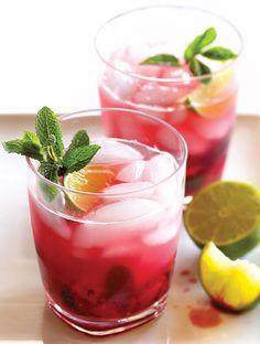Cocktails con menos de 100 calorías Mojito slim: Con todo el sabor de la isla de Cuba, este drink pondrá a bailar a todos sin preocuparse por el exceso de azúcar. En un vaso jaibolero, mezcla 50 ml de ron con seis rodajas de limón y un puñito de hojas frescas de menta; machácalas un poco en el fondo. Agrega 25 ml de granadina, hielo frappé y rellena con soda.