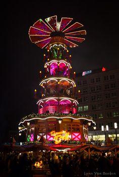 Wij, Belgen, kunnen nog iets leren van de Berlijnse kerstsfeer. Geen lelijke kermisattracties maar sprookjesachtige molens met dansende houten poppen als pronkstuk op de kerstmarkt.