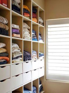 Dicas fáceis de organização para armários. 9. Gavetas para itens pequenos (meias, lingeries); boxes para peças dobradas; prateleiras superiores para itens sazonais e/ou guardados em caixas identificadas.