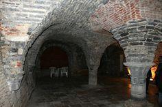 Middeleeuwse crypte: De kelder, herontdekt in 1955, ligt onder het appartementsgebouw op de hoek van de Grote Markt. De kelder werd in 1983 beschermd als monument, maar wordt zelden opengesteld voor het grote publiek. De middeleeuwse kelders zijn historisch belangrijk omdat ze de enige restanten zijn van stenen huizen uit die periode.