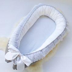 DESCRIPTION DU PRODUIT: Babynest est un lit confortable, sûr et pratique pour le bébé pendant la première année, qui a été testée et approuvée par des experts pour bébés en Scandinavie doù ils viennent à l'origine. L'idée est de reproduire l'expérience de votre bébé de l'environnement proche et passer de votre bébé dans l'utérus de la mère vers le nouveau monde plus lisse. Le babynest peut être utilisé dans le lit entre les parents pour éviter étouffement et est facile à transporter et s...