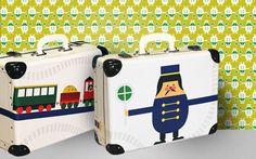 Der Spiel- bzw. Reisekoffer Trains aus der LIMITED EDITION wurde gemeinsam mit der Firma Kazeto (seit 1925 Hersteller von qualitativen Produkten aus Hartpappe) entwickelt. Dieser Kinderkoffer passt perfekt zu den Tapeten und anderen Accessoires aus der Kollektion Trains. Suitcase, Train, Cardboard Paper, Wallpapers, Games, Briefcase, Strollers