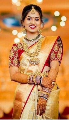 Bridal Sarees South Indian, Wedding Silk Saree, Indian Bridal Outfits, Indian Bridal Fashion, Wedding Saree Blouse Designs, Blouse Designs Silk, Wedding Saree Collection, Bride Poses, Look Chic
