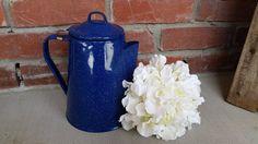 Esmalte azul y blanco vintage cafetera. Moteados esmalte, esmalte azul cerámica, tetera vintage, azul graniteware, camping utensilios de cocina