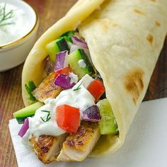 Greek Chicken Gyros with Tzaziki Sauce and Pita Flatbread - super fast, delicious and easy too! You can easily make Greek Chicken Gyros with Tzaziki Sauce and Pita Flatbread at home and enjoy in this healthy and very tasty recipe! Chicken Pita, Chicken Gyros, Greek Chicken, Tzatziki Chicken, Chicken Fajitas, Grilled Chicken, Pita Flatbread Recipe, Flatbread Pizza, Healthy Dishes