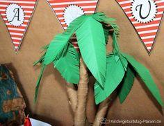 Palmen basteln ist viel einfacher als man denkt. Mit etwas Zeitungspapier, Packpapier und grünem Tonpapier ist eine Palme schnell gebastelt und eine tolle Dekoration für Partys, Geburtstagsfeiern oder andere Dekos