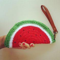 Free pattern - Watermelon coin purse crochet By Fabcroc Visit my new website  http://www.fabcroc.com/2014/11/schema-borsa-un...