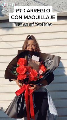 Makeup Bouquet Gift, Candy Bouquet Diy, Flower Bouquet Diy, Gift Bouquet, Candy Bouquet Birthday, Valentine Bouquet, Flower Box Gift, Diy Crafts For Gifts, Diy Crafts Videos