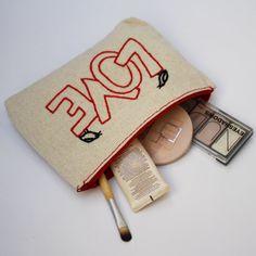 makeup bag / LOVE hand embroidered / bridesmaid gift / por NIARMENA