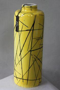 Un jarrón que puede dar color a tu casa. Es realizado a mano  y con un estilo moderno pintado por Alex Idrovo.
