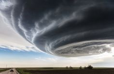 "Marko Korošec, magnifique cliché, pris à l'approche d'une tempête à Julesburg, Colorado EU, le 28 mai 2013. Ce chasseur de tornades dans la Tornado Alley qui a intitulé sa photo ""Independance Day"", en référence au film catastrophe de science-fiction."