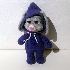 Hæklet kanin – Bella | 100% bomuld. Kan maskinvaskes ved 30 grader. Nuancer er grå og lilla. med sikkerheds øjne. Er udstyret med en hættedragt. Den har en højde på 21 cm. Nuancer, Bomuld, Dinosaur Stuffed Animal, Crochet Hats, Animals, Knitting Hats, Animales, Animaux, Animal