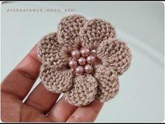 Crochet Flower Tutorial, Crochet Flower Patterns, Crochet Designs, Crochet Flowers, Crochet Craft Fair, Crochet Crafts, Crochet Coaster Pattern, Crochet Hair Accessories, Crochet Ball