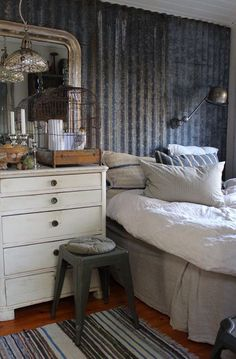 Farmhouse Bedroom Decor Ideas - I make certain you are sustained with suggestions but we never ever go out listings to include for you. So, today, we have actually looked at farmhouse bedroom layouts that will motivate you. Farmhouse Bedroom Decor, Farmhouse Style Decorating, Home Decor Bedroom, Bedroom Wall, Bedroom Ideas, Dispositions Chambre, Farmhouse Layout, Red Rooms, Bedroom Layouts