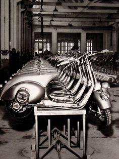 1946 - The birth of the Vespa motor scooter! Developed by Piaggio & Co. of Pontedera, Italy. S) 1923 Harley-Davidson JDCA Board Trac. Piaggio Vespa, Lambretta Scooter, Fotografia Pb, Vespa Vintage, Vintage Bikes, Vintage Cycles, Vintage Italy, Vespa Motor Scooters, Quad