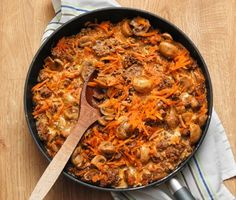 Recept på god och matig husman! Färs- och svamppanna gör du enkelt av bland annat morötter, champinjoner, nötfärs och matlagningsgrädde. Servera den rejäla grytan med pressad potatis. Paella, Ground Beef, Macaroni And Cheese, Stuffed Mushrooms, Curry, Meat, Ethnic Recipes, Food, Ground Meat