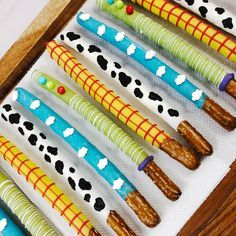 Easy Toy Story themed birthday favours - chocolate dipped pretzels with a variety of designs! Dessert Table Birthday, 2nd Birthday Party Themes, Birthday Party Snacks, Birthday Ideas, Toy Story Baby, Toy Story Theme, Festa Toy Story, Woody Birthday, Baby Boy 1st Birthday
