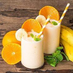 Breakfast smoothie with oranges and bananas - healthy low-carb recipe - #Smoothie Smoothie Low Carb, Smoothie Detox, Smoothie Bowl, Healthy Smoothies, Healthy Drinks, Smoothie Banane Orange, Low Carb Shakes, Detox Cleanse For Weight Loss, Breakfast Desayunos