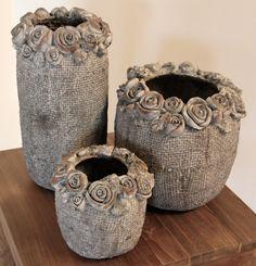 De vaas cement is knus en afgewerkt met een fraaie bloemenrand. Wij hebben hiervan ook andere maten op voorraad. De cement accessoires zijn een hit!