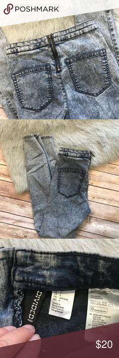 """Divided H&M Blue Acid Wash Stretch Jeggings 4 TINY Divided H&M Blue Acid Wash Stretch Jeggings 4 TINY  Good used condition. Somewhat darker on knees and seat. Zip in back. 73/28/2 Cotton/Poly/Elastane 12.5"""" flat across the top 28"""" inseam 37.5"""" long Divided Jeans Skinny"""